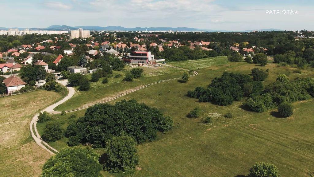A Királydomb keleti, beépítetlen része drónfotón.